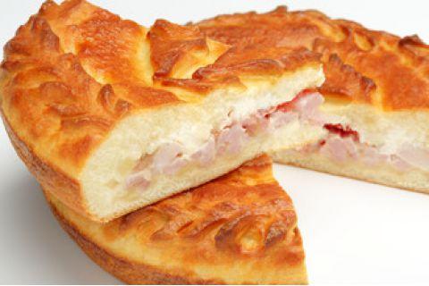 Пирог с окороком, брынзой и помидорами