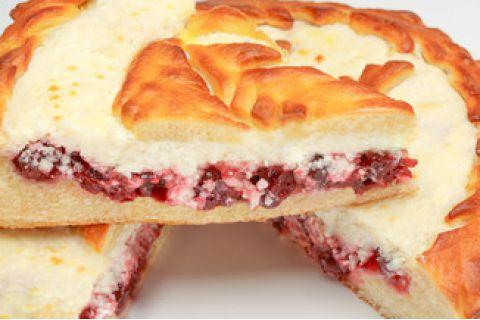 Пирог с творогом и брусникой